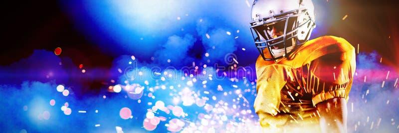 Составное изображение портрета уверенного американского футболиста в шарике удерживания шлема стоковая фотография rf