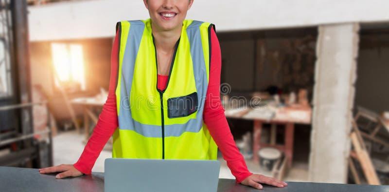 Составное изображение портрета уверенно женского архитектора нося отражательную одежду стоковая фотография