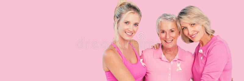 Составное изображение портрета усмехаясь дочерей с вопросом social рака молочной железы матери поддерживая стоковое фото rf