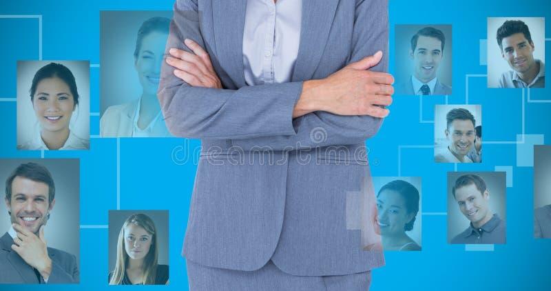 Составное изображение портрета усмехаясь пересеченных оружий коммерсантки стоящих стоковые фотографии rf