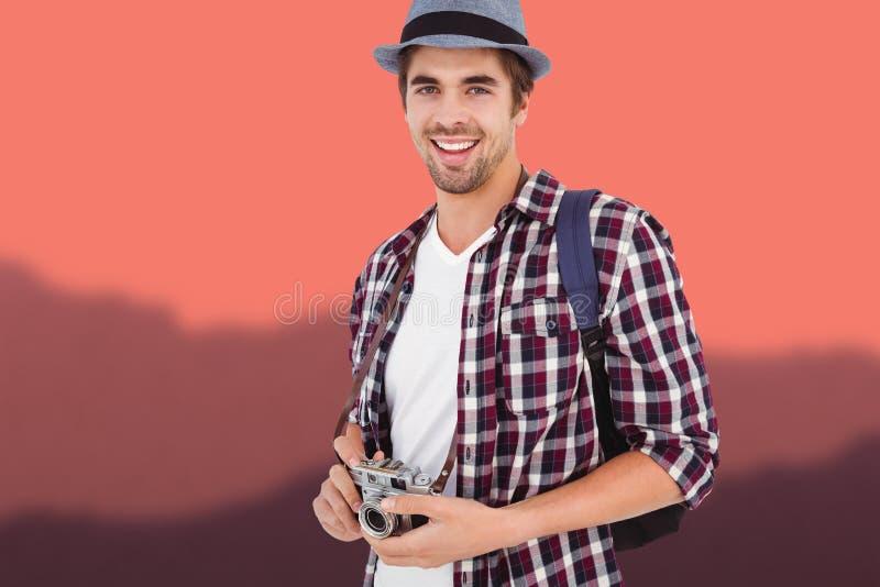 Составное изображение портрета человека усмехаясь пока держащ камеру стоковые изображения rf