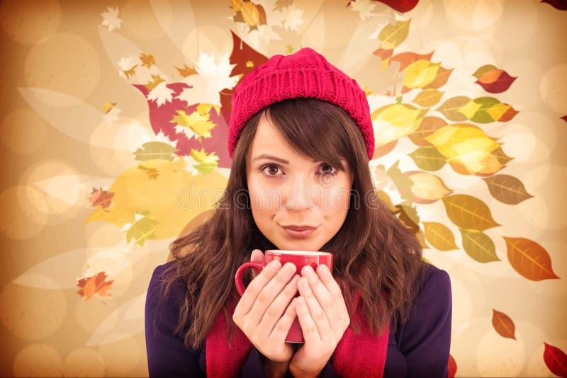 Составное изображение праздничного брюнет держа кружку стоковая фотография