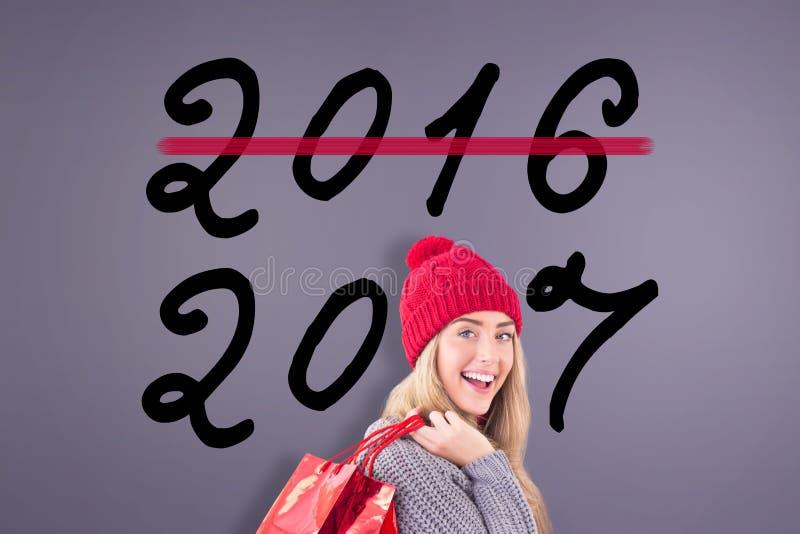 Составное изображение праздничной блондинкы держа хозяйственные сумки стоковые изображения