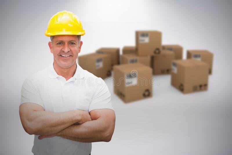 Составное изображение работника нося трудную шляпу в складе стоковое фото