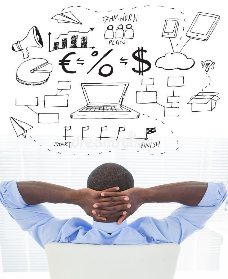 Составное изображение расслабленного бизнесмена сидя в его стуле стоковое изображение