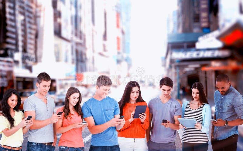 Составное изображение 4 друзей стоя к стороне немножко посылая отправляет СМС стоковая фотография rf