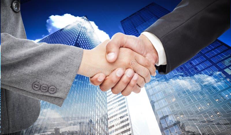 Составное изображение рукопожатия между 2 бизнесменами стоковые изображения rf