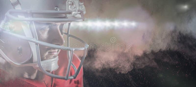 Составное изображение серьезного американского футболиста в красном jersey смотря прочь стоковая фотография rf
