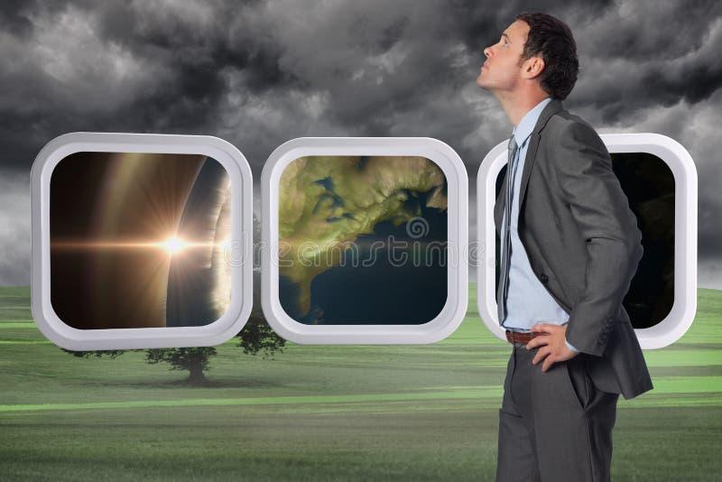 Составное изображение серьезного бизнесмена с руками на бедрах стоковые изображения rf