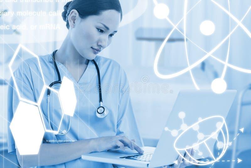 Составное изображение сконцентрированного хирурга используя компьтер-книжку в больнице стоковое фото
