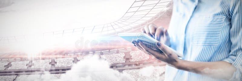 Составное изображение среднего раздела бизнесмена используя цифровую таблетку стоковая фотография