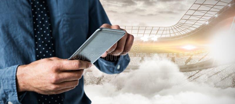 Составное изображение средний-раздела бизнесмена используя smartphone стоковые изображения rf
