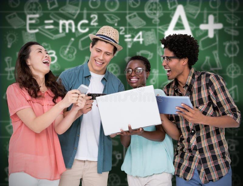 Составное изображение стильных друзей используя их технологию стоковое изображение rf