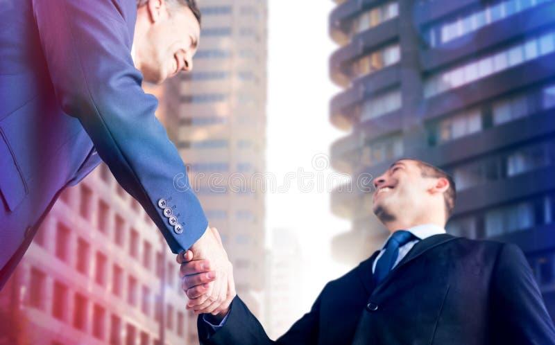 Составное изображение счастливых бизнесменов тряся руки стоковые изображения