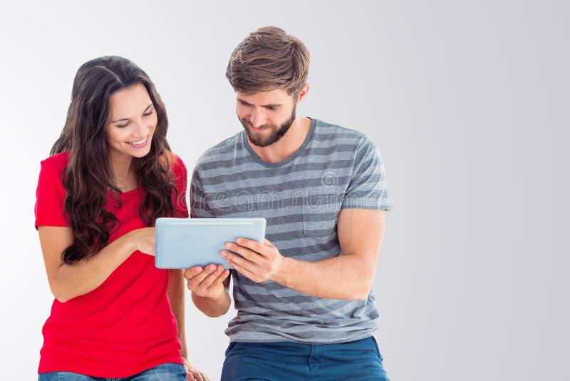 Составное изображение счастливых пар используя таблетку стоковые изображения rf