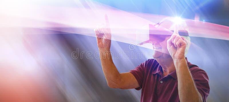 Составное изображение счастливых танцев старшего человека пока использующ стекла виртуальной реальности стоковая фотография rf