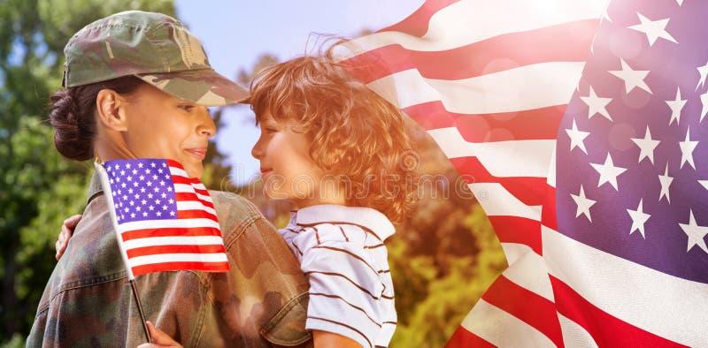 Составное изображение сына нося женщины армии стоковые фото