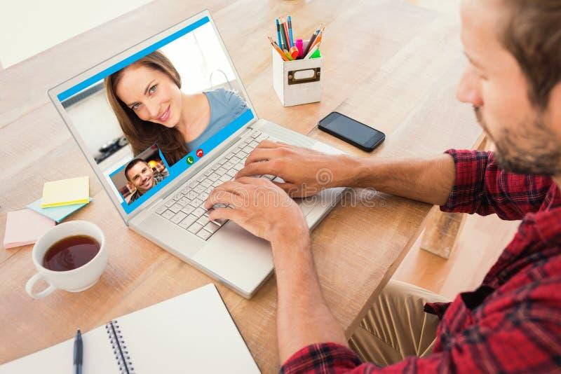 Составное изображение творческого бизнесмена печатая на компьтер-книжке стоковая фотография rf