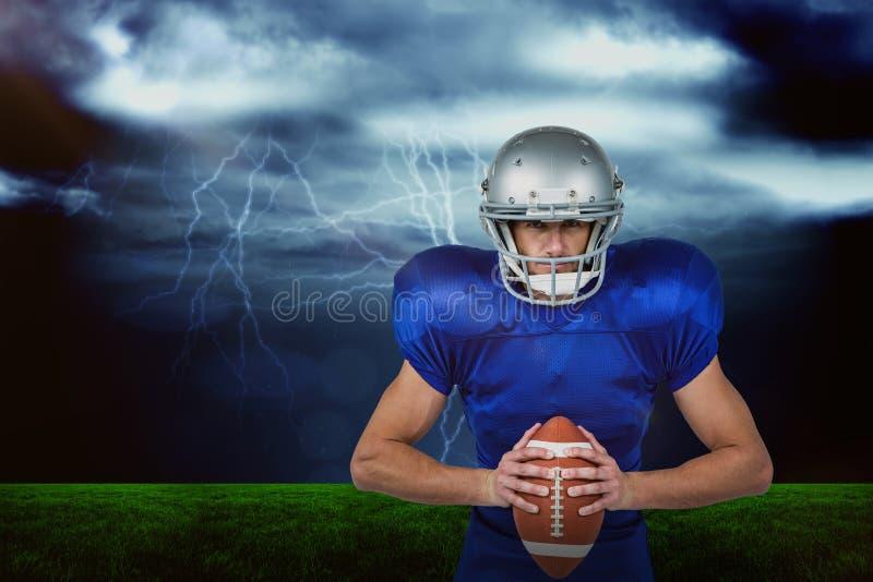 Составное изображение уверенно американского футболиста держа шарик стоковое изображение