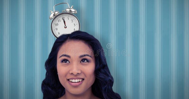 Составное изображение усмехаясь азиатской женщины с бумажной кроной стоковое изображение rf