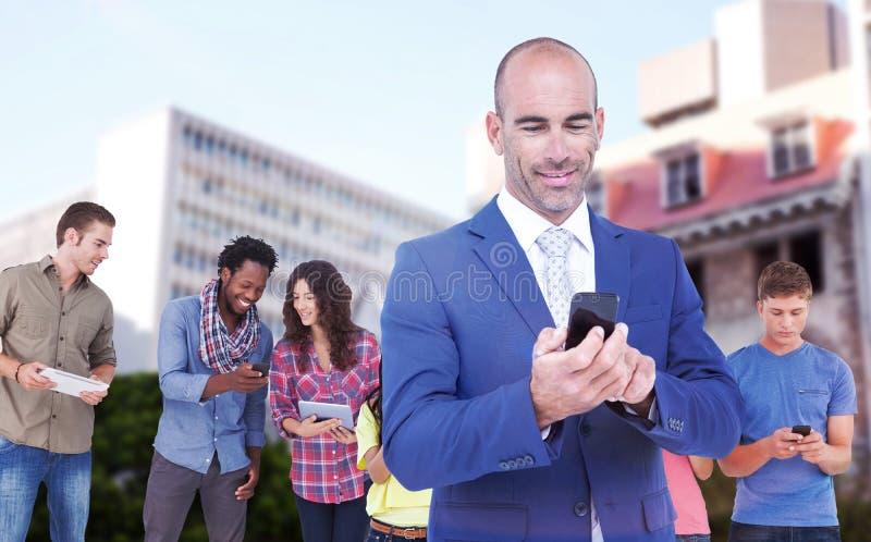 Составное изображение усмехаясь бизнесмена используя мобильный телефон стоковая фотография rf