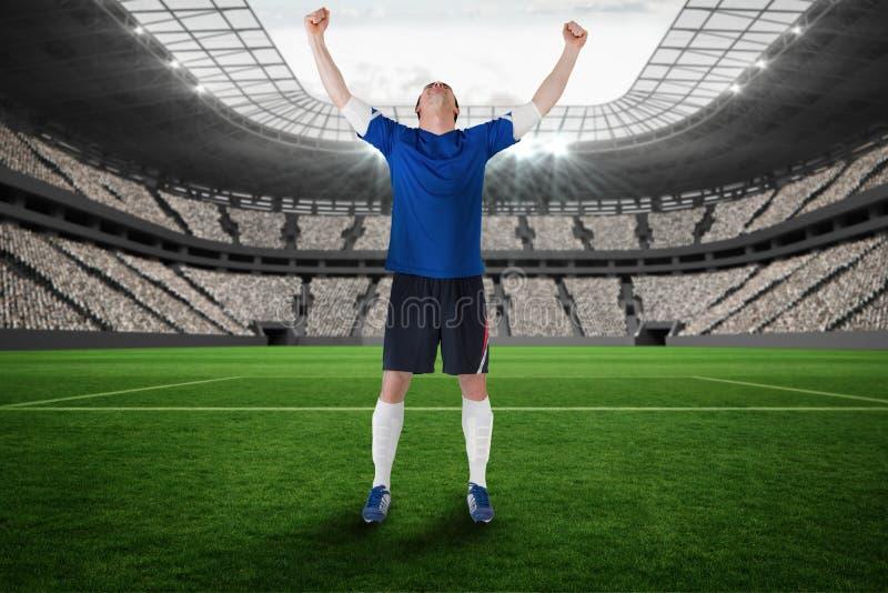 Составное изображение футболиста празднуя выигрыш стоковое фото