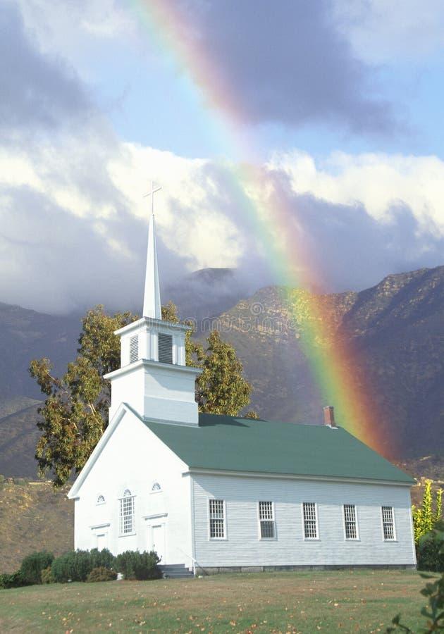 Составное изображение церков окруженной горами и небесным светом стоковые изображения rf