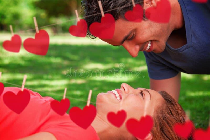 Составное изображение человека усмехаясь по мере того как он смотрит вниз в его друзей наблюдает бесплатная иллюстрация