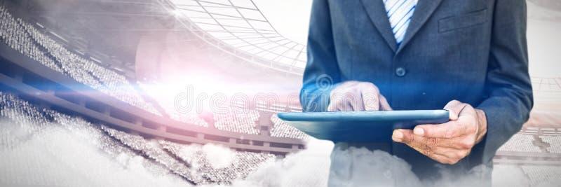 Составное изображение midsection бизнесмена используя цифровую таблетку стоковая фотография