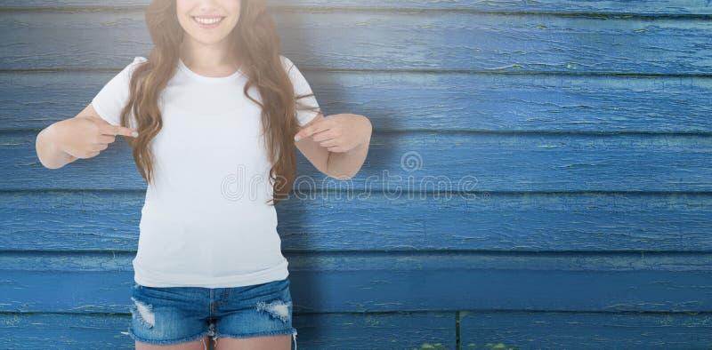 Составное изображение midsection женской модели указывая на собственную личность стоковое фото