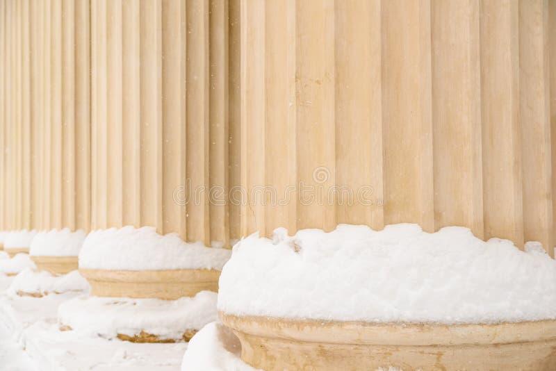 Составные греческие столбцы стиля в зиме стоковое фото