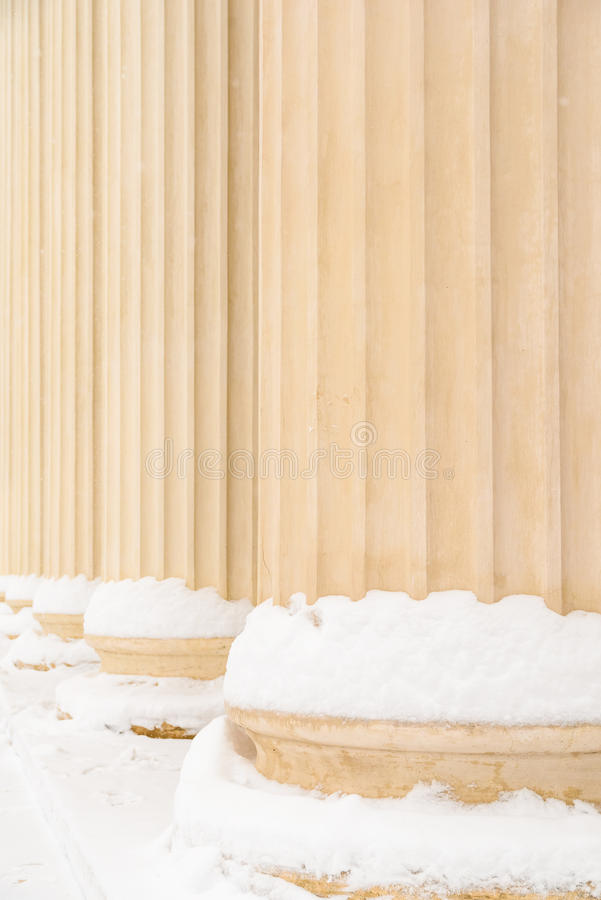 Составные греческие столбцы стиля в зиме стоковые фото
