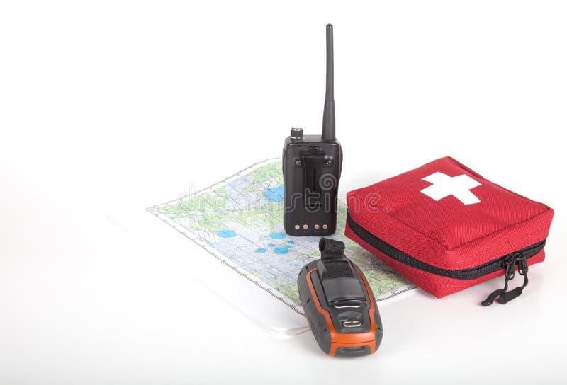 Составьте карту, навигатор gps, портативное радио и бортовая аптечка на свете стоковое фото