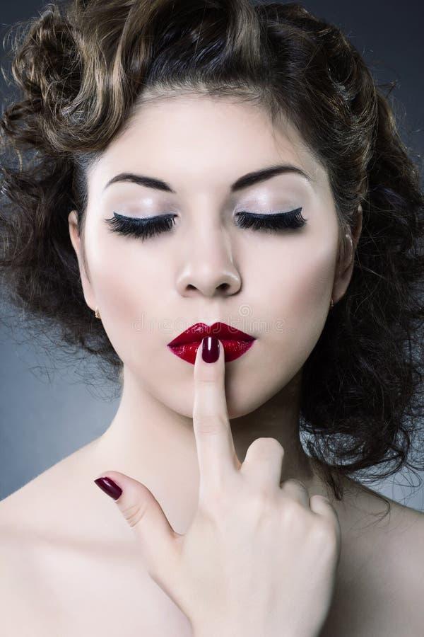 Составьте принципиальную схему способ стороны красотки составляет женщину стоковая фотография rf