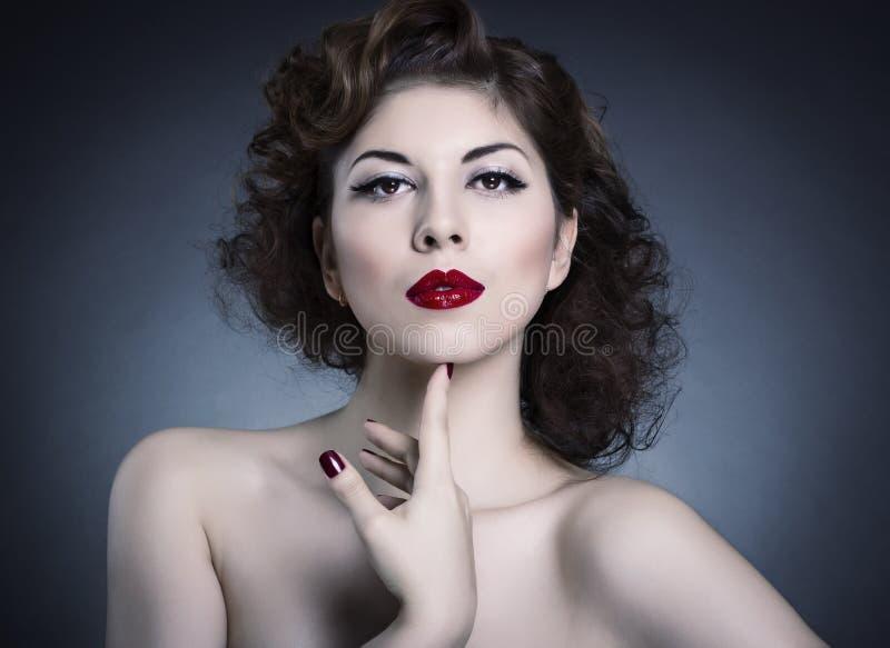 Составьте принципиальную схему способ стороны красотки составляет женщину стоковые фото