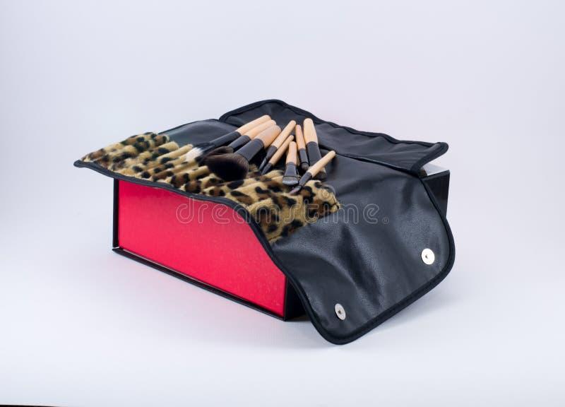 Составьте щетки на коробке с тканью леопарда стоковые фотографии rf