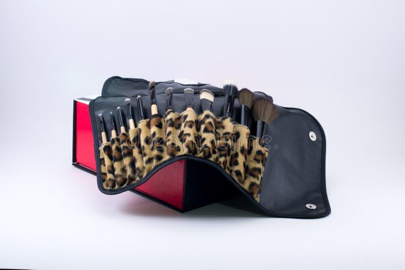 Составьте щетки на коробке с тканью леопарда стоковое фото rf
