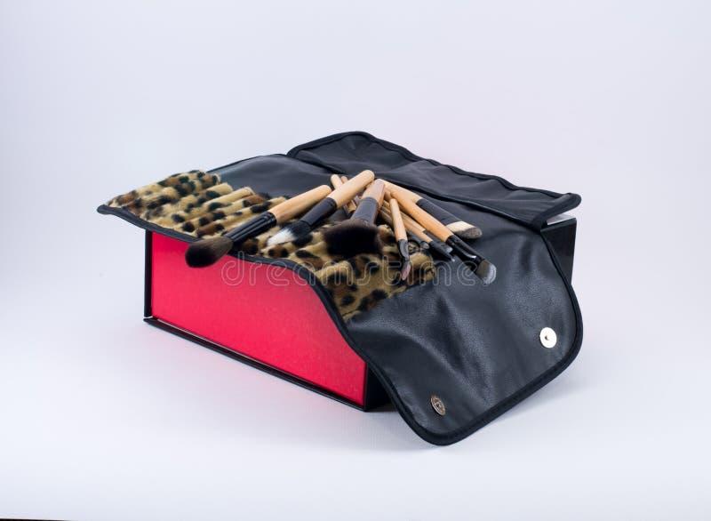 Составьте щетки на коробке с тканью леопарда стоковое фото