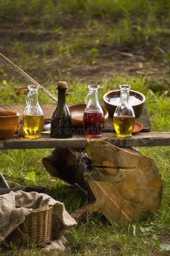 Состав бутылок тинктур и керамических шаров стоковая фотография