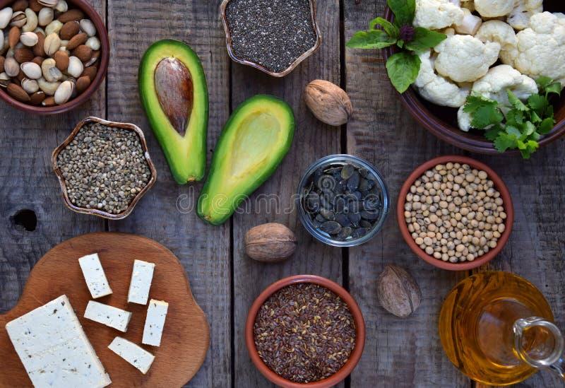 Состав вегетарианских продуктов содержа unsaturated жирные кислоты омегу 3 - гайки, пенька, chia, лен, авокадо, сои, caulifl стоковая фотография