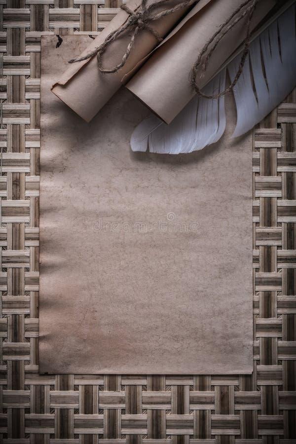 Состав винтажным бумаги связыванной чистым листом свертывает перо стоковые фото