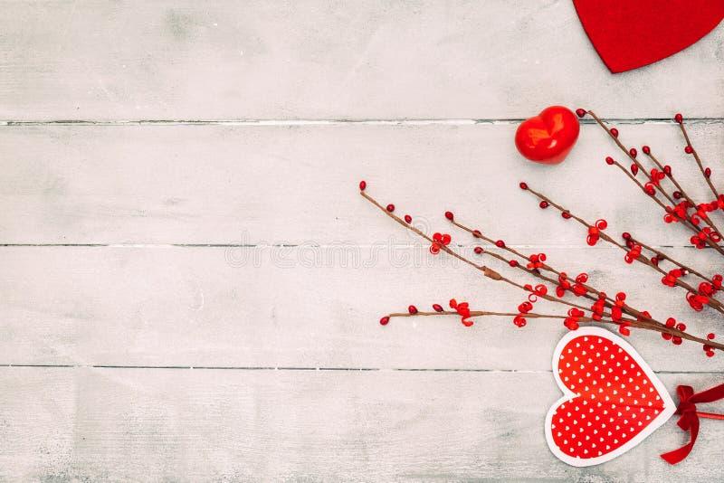 Состав дня валентинок Красные сердца, подарочная коробка, на деревянной предпосылке стоковое фото
