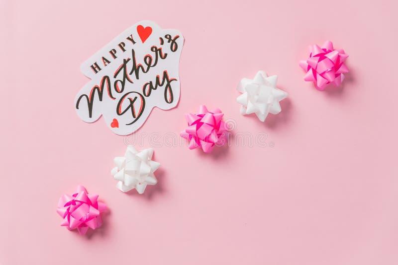 Состав дня матерей Самая лучшая мама всегда Счастливое сообщение Дня матери на розовой предпосылке праздник, День матери, приглаш стоковые фото