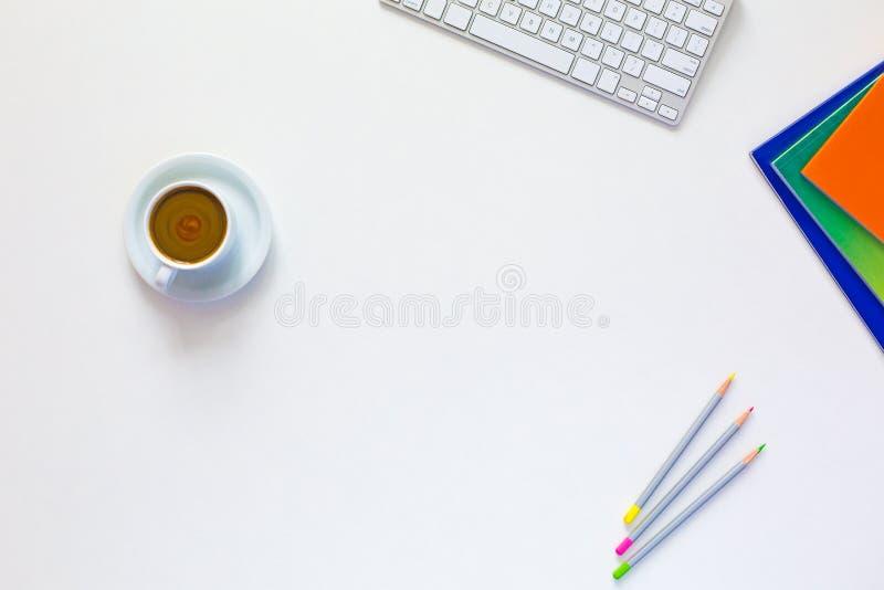 Состав дела на белом взгляде столешницы с смачным кофе стоковое изображение