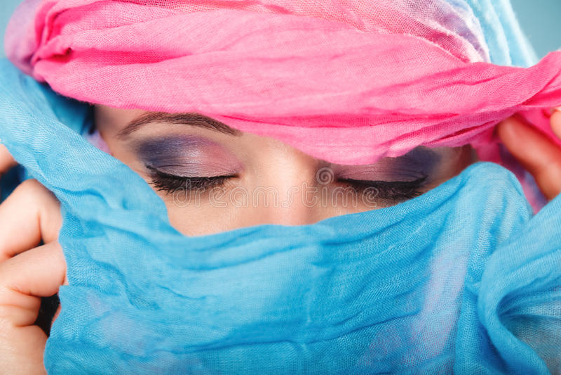 Состав женщины на глазах hiden ее сторона с шалью стоковые фотографии rf