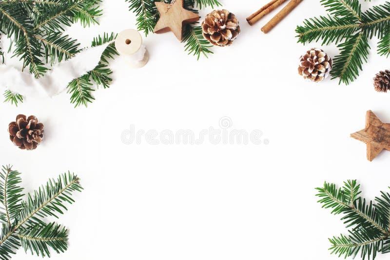 Состав запаса рождества праздничный введенный в моду декоративная флористическая рамка Граница ветвей ели Конусы сосны, деревянны стоковые фотографии rf