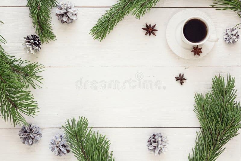 Download Состав зимы Чашка кофе, конусы сосны и ветви на Wh Стоковое Изображение - изображение насчитывающей питье, горяче: 81810563
