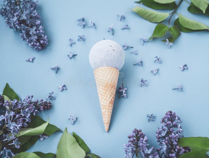 Состав конуса мороженого с шариком ванны на голубой предпосылке стоковые изображения rf