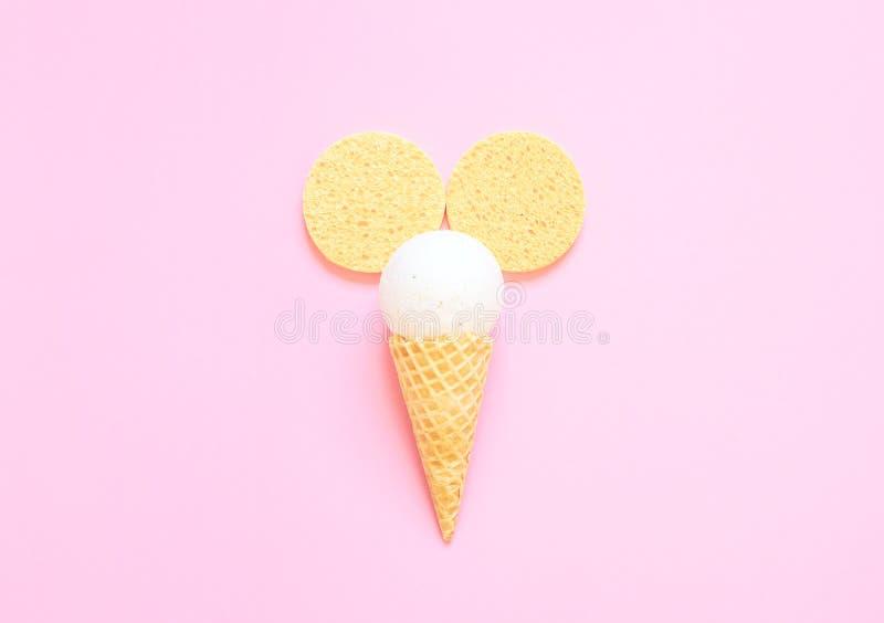 Состав конуса мороженого с шариком ванны на светлом - розовая предпосылка стоковые изображения rf