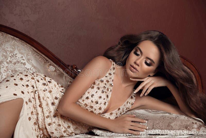 Состав красоты Модель женщины брюнет высокой моды в элегантном bei стоковое изображение